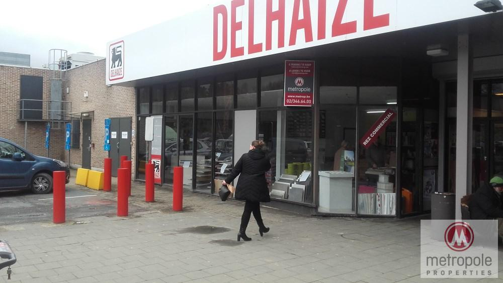 photo_'  DELHAIZE TUBIZE CENTRE BEAU MAGASIN 100 M² RENOV. ENTREE  GRAND PARK