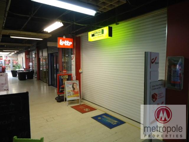 photo_TUBIZE CENTRE DANS GALERIE DELHAIZE LOCAL COMMERCIAL. 54 M²- AVEC CUIS.& WC SEP